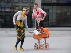 Foto von zwei Frauen mit Kinderwagen
