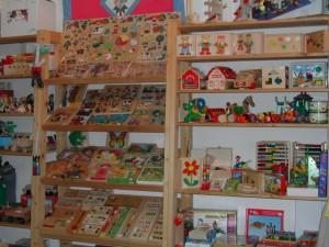 Bild von Regalen mit Spielzeug